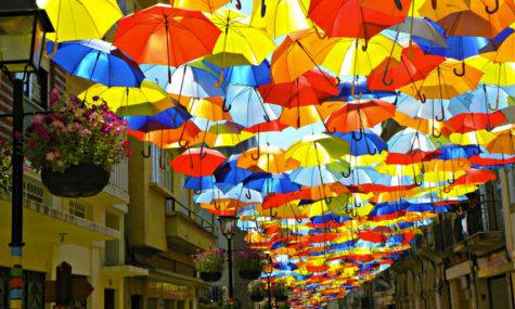 des-centaines-de-parapluies-multicolores-en-levitation-a-agueda-au-portugal13